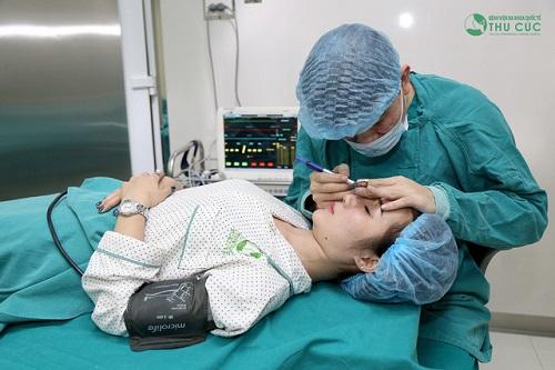 Sau khi trực tiếp thăm khám, bác sĩ xác định vùng mí mắt của Hải đã xuất hiện da thừa và bọng mỡ nên tư vấn thực hiện phẫu thuật cắt mí thay vì hình thức bấm mí thông thường.