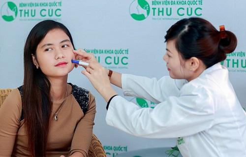 Bác sĩ Thu Cúc xác định vị trí tạo má lúm cân đối khuôn mặt