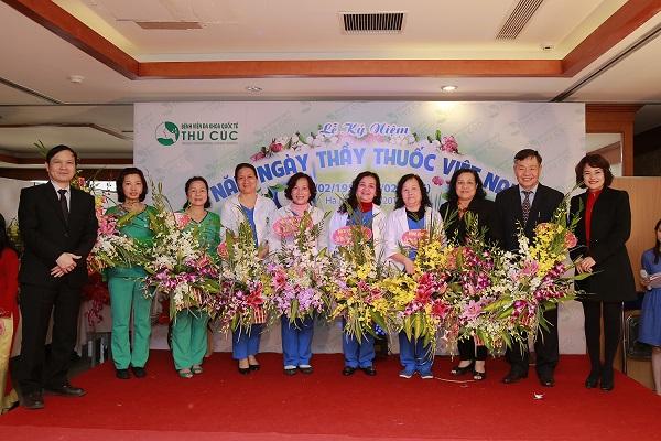Những bó hoa tươi thắm cùng những lời chúc tốt đẹp được gửi tới các y bác sĩ nhân ngày thầy thuốc Việt Nam.