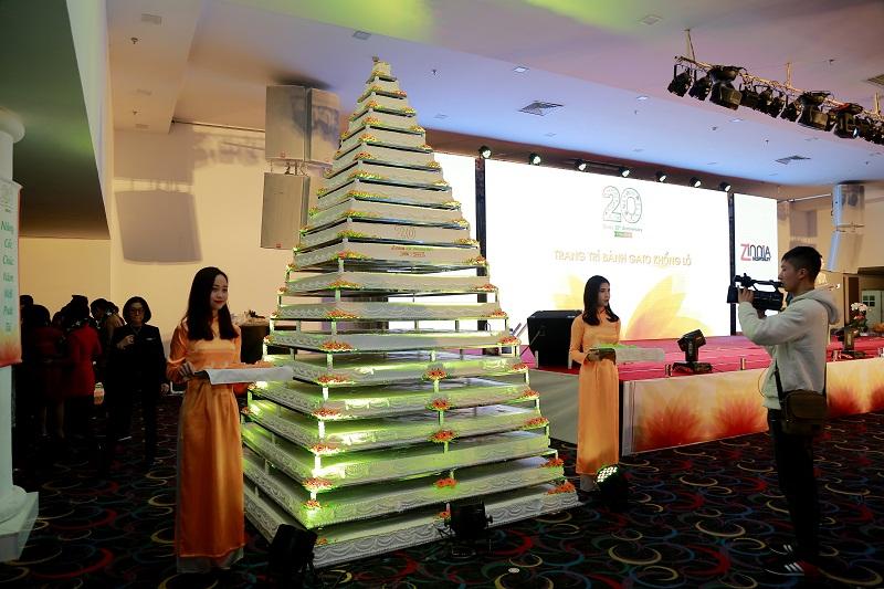"""Cận cảnh chiếc bánh sinh nhật """"khổng lồ"""" trong đại tiệc Zinnia với những con số gây """"sốc"""" như: khoảng 1 tấn nguyên liệu, chưa kể đến hơn 500 hộp bơ nhập ngoại từ Mỹ, Singapore, đáp ứng khẩu phần cho gần 2000 người."""