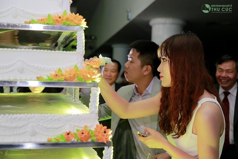 Bánh được thiết kế dựa trên ý tưởng chủ đạo là hoa cúc – hình ảnh đẹp về người phụ nữ cả cuộc đời đi tìm cái đẹp và làm đẹp cho đời, chị Nguyễn Thu Cúc – Chủ tịch Hội đồng quản trị Tập đoàn Zinnia. Còn lại do chính nhân viên của tập đoàn sáng tạo.