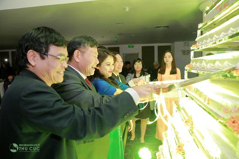 Kết thúc cuộc tranh tài, Ban lãnh đạo tiến hành cắt bánh, khai tiệc mừng Tập đoàn Zinnia thêm tuổi mới, mừngTết cổ truyền đang đến gần.