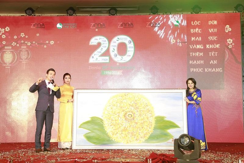 Bên cạnh điểm nhấn là chiếc bánh sinh nhật khổng lồ, Đại tiệc Zinnia còn thu hút sự quan tâm của hàng nghìn cán bộ nhân viên bởi các hoạt động sôi nổi khác như vẽ tranh hoa cúc tặng Tập đoàn