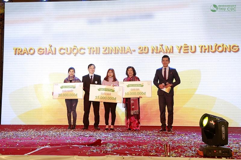 """Cuối chương trình, Ban tổ chức tổng kết trao giải cuộc thi viết """"Zinnia – 20 năm yêu thương"""" cho các cá nhân thuộc các đơn vị."""