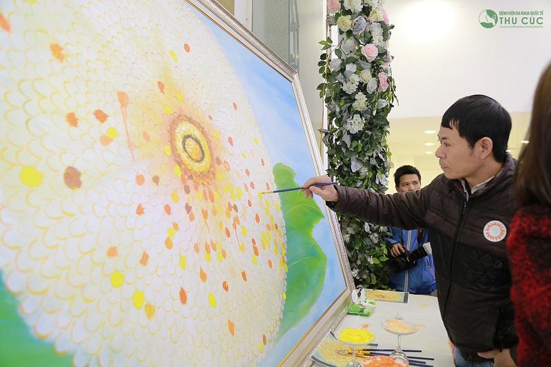Trước khi chương trình diễn ra, mọi người sẽ cùng nhau vẽ lên bức tranh hình bông hoa cúc rạng rỡ