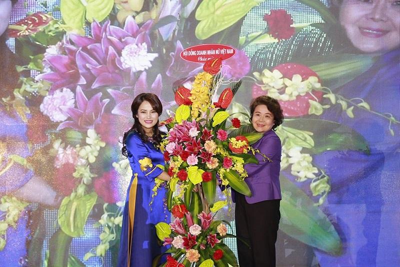 Bà Nguyễn Thị Tuyết Minh – Chủ tịch hội đồng nữ doanh nhân – Phòng thương mại và công nghiệp Việt Nam (VCCI) là một vị khách mời đặc biệt tham dự Đại tiệc tặng hoa chúc mừng Chủ tịch Thu Cúc và Tập đoàn Zinnia.