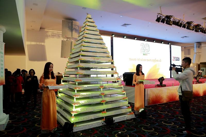 Một trong những điểm tạo nên dấu ấn đặc biệt cho chương trình là phần thi trang trí chiếc bánh sinh nhật khổng lồ cao 4m với sự tham gia của đại diện các đơn vị trong Tập đoàn.