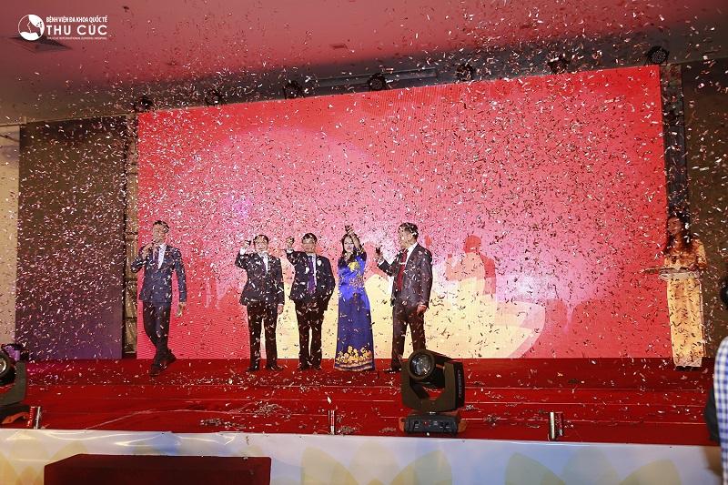 Sau phần khai mạc, Chủ tịch HĐQT Nguyễn Thu Cúc cùng Ban lãnh đạo Tập đoàn mở rượu khai tiệc mừng sinh nhật 20 năm