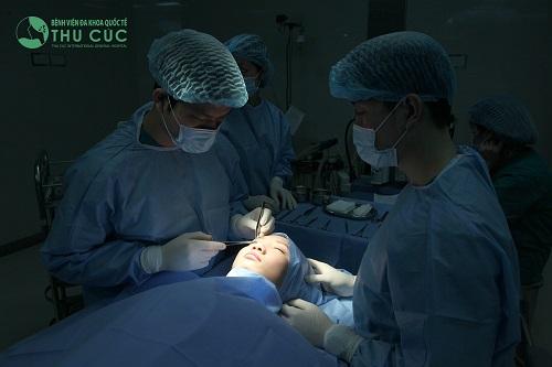 Tiểu phẫu đơn giản, thực hiện nhanh chóng trong điều kiện vô trùng
