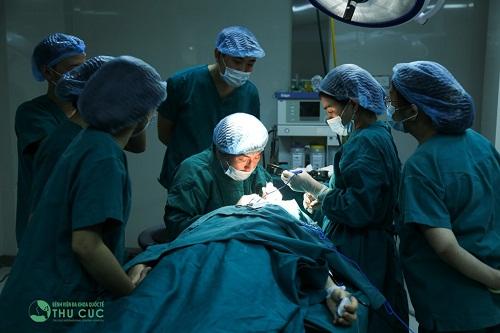 Tiểu phẫu an toàn được thực hiện trong phòng mổ vô trùng hiện đại