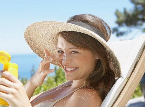 Để chống lại sự lão hóa da, hãy luôn mang theo kem chống nắng như người bạn đồng hành