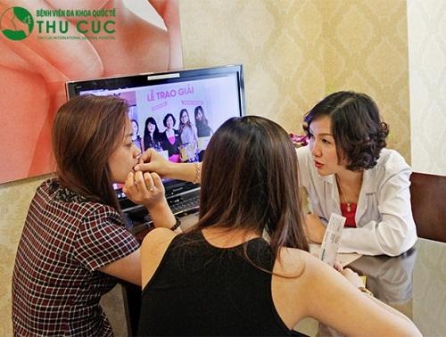 Bác sĩ Thu Cúc thăm khám hiện trạng môi của khách hàng để tư vấn giải pháp thẩm mỹ phù hợp