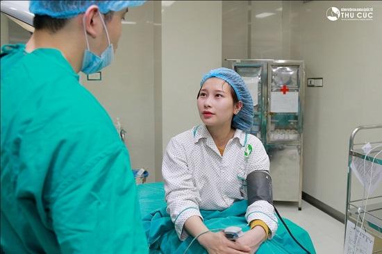 """Hiểu được tầm quan trọng của tiểu phẫu cắt mí mắt, Hải Lâm đã lựa chọn Thu Cúc là nơi """"chọn mặt gửi vàng""""."""