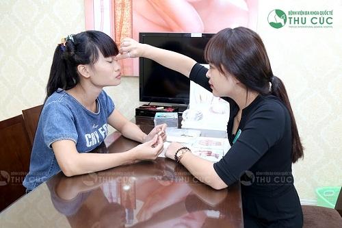Khách hàng được chuyên gia tư vấn về phương pháp thu gọn cánh mũi phù hợp.