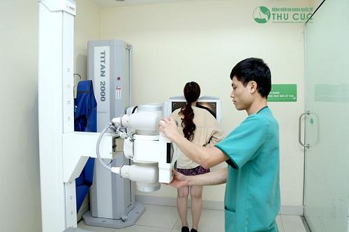 Khách hàng được kiểm tra sức khỏe bằng những máy móc hiện đại.