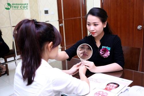 Chuyên gia tiến hành thăm khám kĩ lưỡng về hiện trạng thẩm mĩ vùng mũi và tư vấn phương pháp nâng mũi sao cho phù hợp nhất với từng khách hàng.