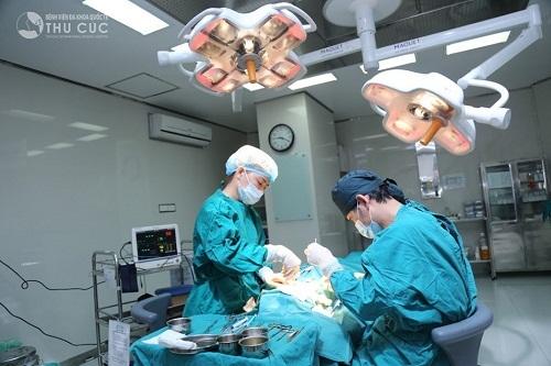 Bác sĩ chuyên khoa có trình độ chuyên môn cao và kinh nghiệm vững vàng nhẹ nhàng thực hiện các thao tác tạo khoang, đặt chất liệu độn một cách chuẩn xác nhất.