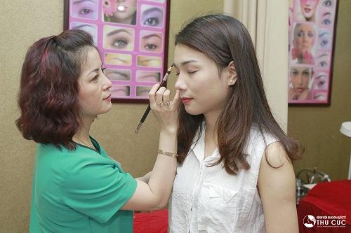Tại Thu Cúc, chuyên viên thẩm mỹ lựa chọn hình dáng lông mày phù hợp nhất với Hoàng Vân. Vân có khuôn mặt khá tròn, bởi vậy nên tạo dáng lông mày hình cánh cung để giúp khuôn mặt bớt đầy đặn và cảm giác dài hơn.