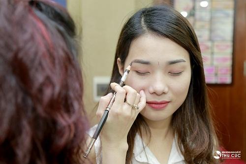 Công đoạn vẽ phác tạo tạo dáng lông mày chi tiết, tinh tế luôn được chuyên viên Thu Cúc chú trọng.