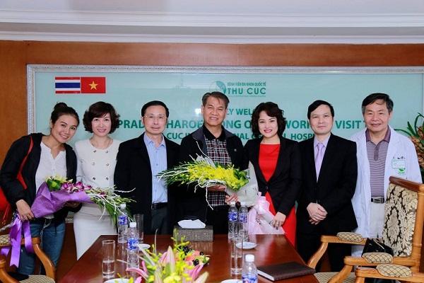 Bác sĩ Pradit Charoenpong cùng Chủ tịch Nguyễn Thu Cúc và đoàn cán bộ bệnh viện