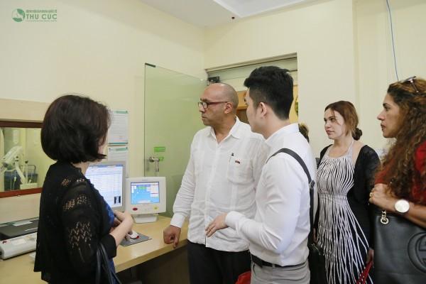 Ngài đại sứ Herminio Lo'pez Di'az và các nhân viên Đại sứ quán Cuba thăm các khoa phòng của Bệnh viện Thu Cúc