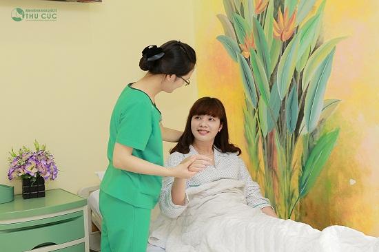 Chị được điều dưỡng viên chăm sóc tận tình suốt 24 giờ sau khi thực hiện phẫu thuật.