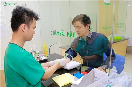 Sau khi tư vấn, Huy được kiểm tra sức khỏe để chuẩn bị cho phẫu thuật.