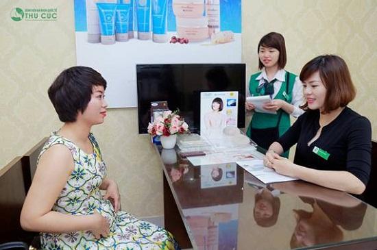 Tại Thu Cúc, chị Mai Phương được chuyên gia tư vấn về phương pháp giảm mỡ bụng hiện đại bằng Vaser Lipo.
