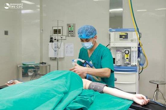Sau khi thăm khám, chị Phương được chuyên gia gây mê một lượng vừa đủ để thoải mái trong quá trình phẫu thuật.