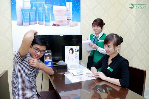 Là một nhân viên văn phòng có ngoại hình và tính cách dễ mến, thế nhưng mùi cơ thể luôn khiến Phan Khanh (24 tuổi) cảm thấy e ngại mỗi khi nói chuyện với đồng nghiệp. Đây cũng là lý do anh chàng quyết định trị hôi nách tại Thu Cúc.