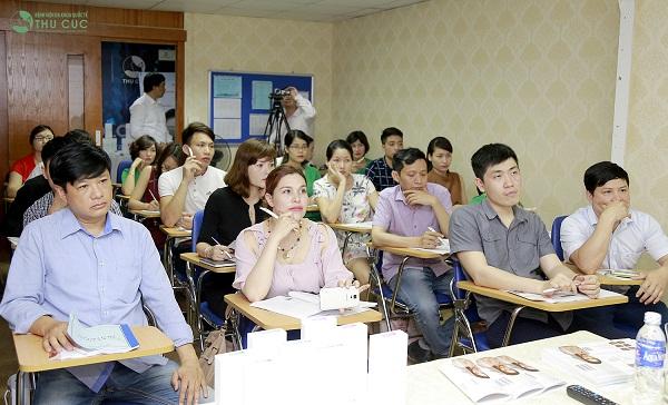 Tất cả các bác sĩ thẩm mỹ, điều dưỡng viên tại Thu Cúc Sài Gòn và các đơn vị khách mời đều tỏ ra hào hứng và chăm chú theo dõi, thảo luận sôi nổi những vấn đề thẩm mỹ hiện đại được đưa ra.