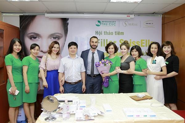 Các bác sĩ Thu Cúc Sài Gòn tặng hoa cảm ơn và chụp ảnh lưu niệm cùng Dr. Pressian Paraskevov sau khi Hội thảo kết thúc.