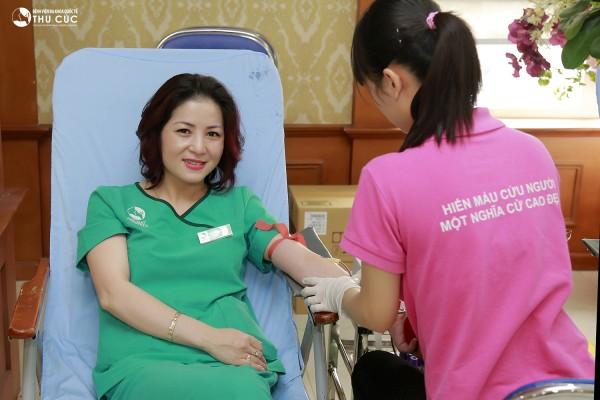 Hiến máu tình nguyện là nghĩa cử cao đẹp được đông đảo cán bộ nhân viên bệnh viện Thu Cúc tham gia.