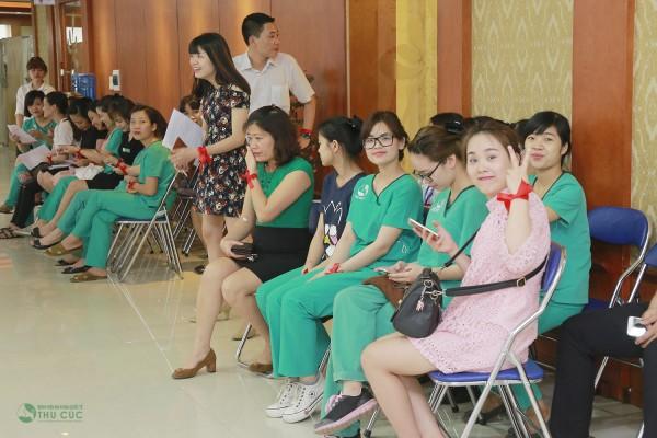 Các bác sĩ, cán bộ nhân viên bệnh viện vui vẻ chờ đợi đến lượt hiến máu.