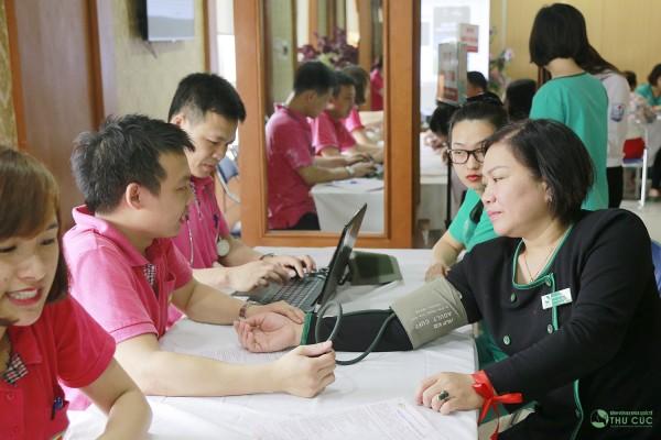 Quy trình thăm khám sức khỏe trước khi hiến máu được thực hiện khoa học.
