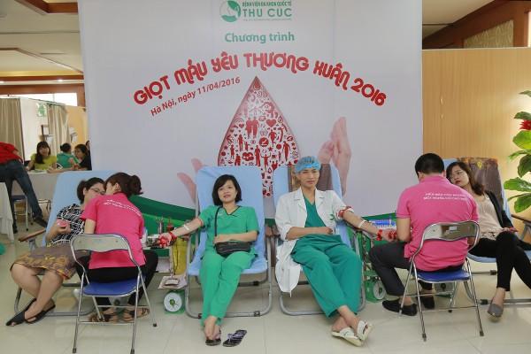 Các bác sĩ, nhân viên bệnh viện đều nhiệt tình tham gia hiến máu.