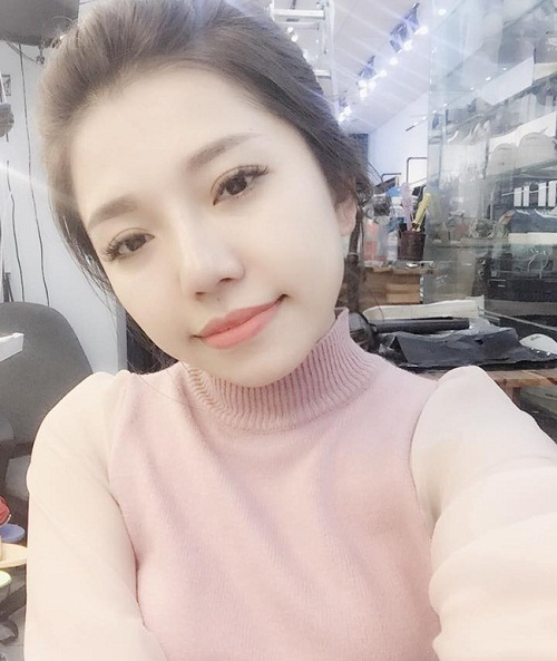 Dù đã làm mẹ nhưng Phương Linh vẫn khiến nhiều người phải ghen tị bởi độ trẻ trung, xinh đẹp. Cô nàng sở hữu khuôn mặt quyến rũ đôi mắt to tròn rạng rỡ và dáng mũi S line thời thượng.