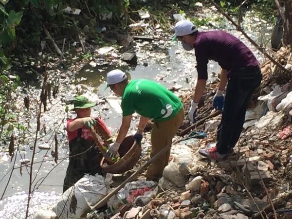 James và các thành viên của Thu Cúc cùng nhau lội xuống con mương bị ô nhiễm để nhặt rác