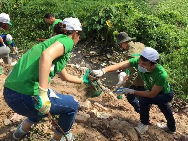 Dưới cái nắng gay gắt của mùa hè Hà Nội, các thành viên trong đoàn vẫn hăng say làm việc