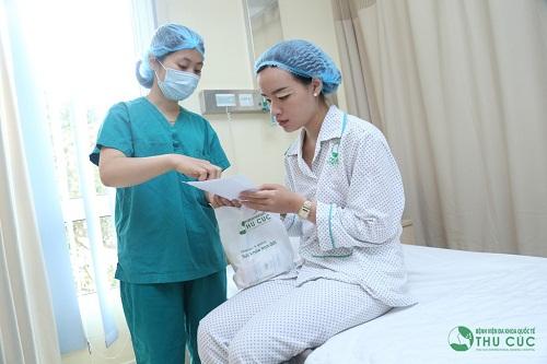 Khách hàng được hướng dẫn tỉ mỉ cách chăm sóc hậu phẫu sau làm đẹp