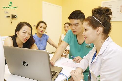 Khách hàng được thăm khám, tư vấn tỉ mỉ bởi bác sĩ nước ngoài uy tín trong tuần đầu khai trương cơ sở mới của Thu Cúc Clinics.