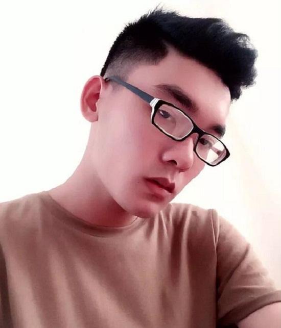 Trước đây đôi môi của Hùng Cường khá thô vì phần môi trên dày, sau thẩm mỹ, chàng trai 9X sở hữu đôi môi trái tim đặc biệt thu hút.
