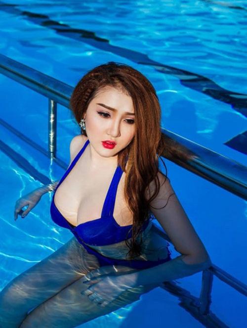 """Sau khi nâng mũi, cắt mí thì nâng ngực là dịch vụ mà cô nàng 9X Hoàng Thị Xuân lựa chọn để sở hữu nhan sắc hoàn hảo với khuôn mặt đẹp không tì vết cùng vóc dáng quyến rũ """"đốt mắt"""" mọi ánh nhìn."""