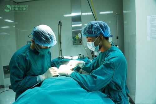 Sử dụng chỉ sinh học chuyên dụng, bác sĩ chuyên khoa sẽ luồn xuống sát hoặc xuyên qua hẳn sụn mi mắt trên, xây dựng liên kết chặt chẽ giữa da mí mắt và cơ nâng mi tạo nếp mí rõ nét