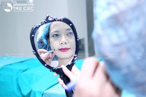 Bác sĩ chuyên khoa Thu Cúc tư vấn cho khách hàng về kỹ thuật tiến hành cũng như xác định vị trí tạo má lúm cân đối mọi đường nét khuôn mặt