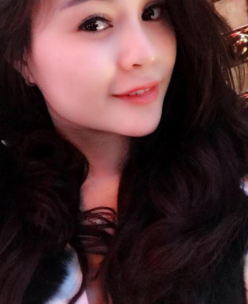 Dáng cằm V-line không chỉ hài hòa với khuôn mặt mà còn khiến Mai Phương trông sang trọng và quyến rũ hơn.