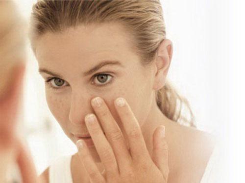 Cần thực hiện những công thức trị tàn nhang cẩn thận, tránh dây vào vùng mắt