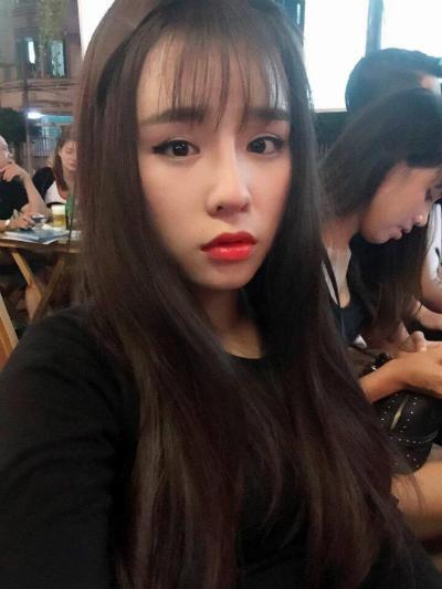 Chỉ với một sự thay đổi nhỏ trên khuôn mặt, cô nàng 23 tuổi đã sở hữu nét đẹp hài hòa, nổi bật hơn.