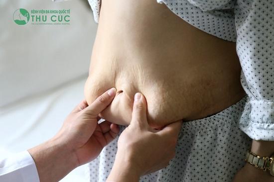 Thông qua thăm khám tình trạng mỡ thừa, bác sĩ đã tư vấn cho Đàm Mai phương pháp hút mỡ bằng công nghệ Vaser Lipo hiện đại kết hợp với tạo hình thành bụng eo thon.