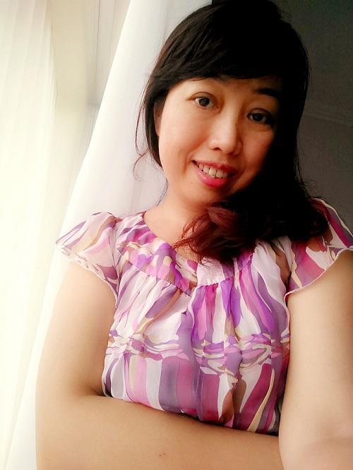 """Sau khi thực hiện thẩm mỹ, chị Việt Hồng chia sẻ: """"Nhờ có quyết định cắt mí, lấy bọng mỡ thì đôi mắt tôi mới xóa hết được da thừa, trẻ hóa thấy rõ. Mí mắt cân đối, nếp mí rõ ràng làm mình không còn lo lắng, thêm yêu đời, yêu cuộc sống, công việc cũng thuận lợi hơn nhiều""""."""